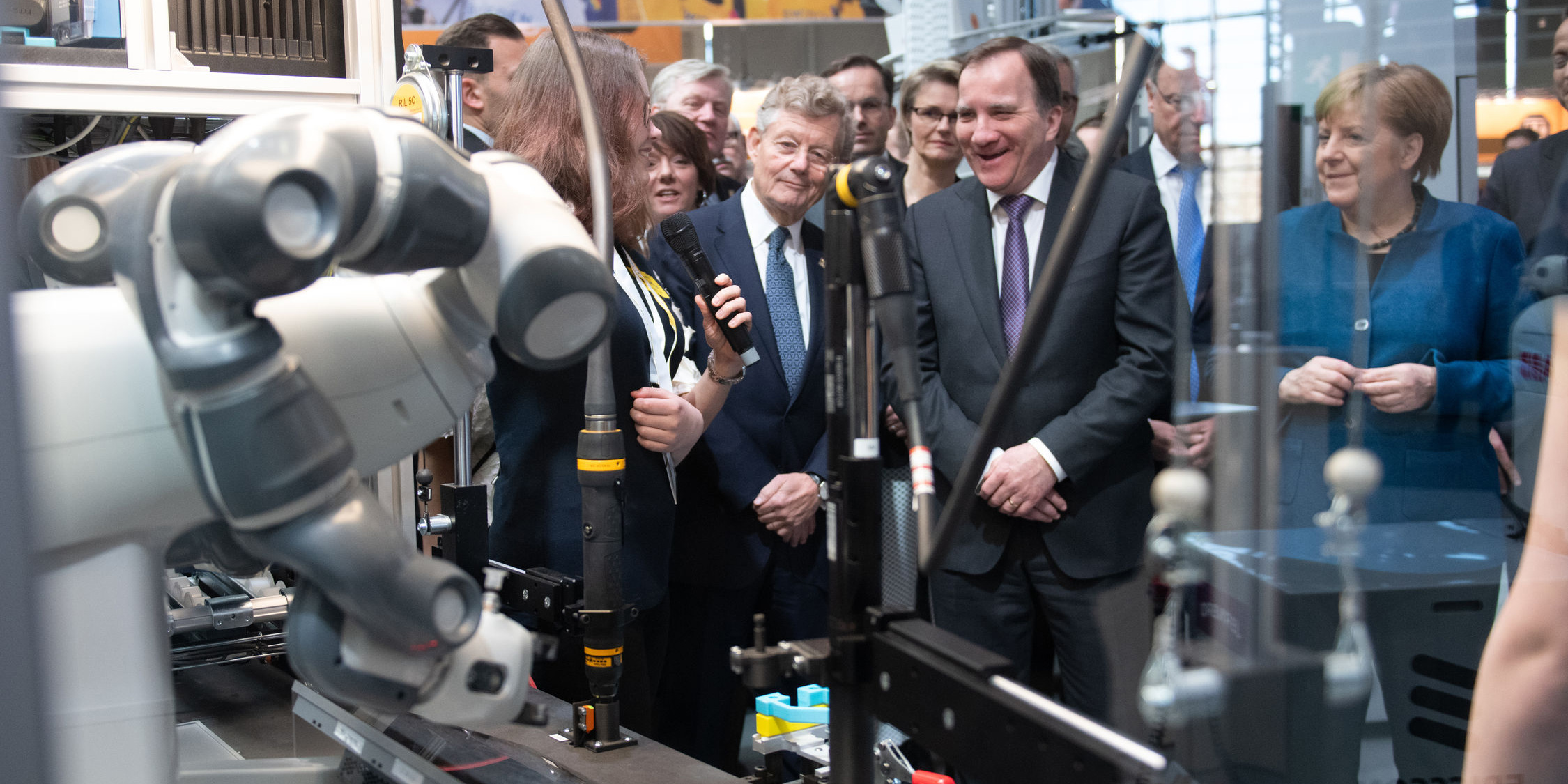 Two 17-year-olds show the programming of the ABB robot Yumi in a meeting with Prime Minister Stefan Löfven and Chancellor Angela Merkel. Photo: Deutsche Messe.